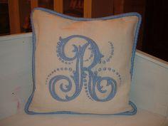 Cuscino barocco con monogramma monocromatico azzurro.