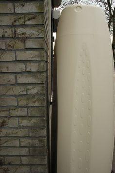 www.rainsaver.nl/fluide . De Fluide is bij uitstek geschikt om onder een carport te plaatsen van wege z'n vlakke achterkant.