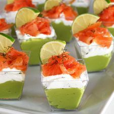 Verrines avocat, fromage à la crème aux herbes et saumon fumé pour 12 personnes - Recettes Elle à Table