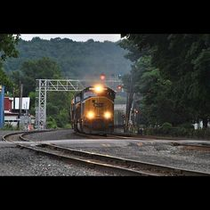 #CSXTrainQ263 CSX Mohawk Subdivision Fonda NY Automatic 186 CSX 4570 CSX 8730  7/18/15  #clearsignalproductions #train_nerds #trb_express #tv_transport #train_chasers #trains_worldwide #tracksarefortrains #eisenbahnfotografie #kings_transports #shipking_transports #daily_crossing #rail_barons #rsa_theyards #railfans_of_instagram #railways_of_our_world by aiden_nies_photography