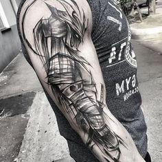 kämpfer tattoo, graues t shirt, mann, helm, maske