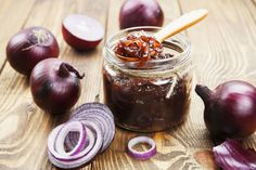 La confiture d'oignons au vin rouge, un mariage sucré-salé réussi. Simple… Onion jam with red wine, a successful sweet-salty wedding. Simple, this recipe of red wine onion jam is served with a foie gras, a red meat Onion Marmalade Recipes, Jam Recipes, Cooking Recipes, Salsa Picante, Chutneys, Caramelized Onions, Food And Drink, Favorite Recipes, Yummy Food