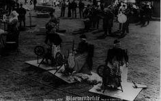 Soest. Bloemendefilé op Paleis Soestdijk op 30 April 1977. Drie Exloose vrouwen in Drentsche klederdracht geven een demonstratie wol spinnen. Drents Archief #Drente