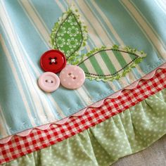 Sewing Aprons For Kids Tea Towels Ideas Sewing Hacks, Sewing Tutorials, Sewing Patterns, Fabric Crafts, Sewing Crafts, Sewing Aprons, Fabric Sewing, Baby Kind, Button Crafts