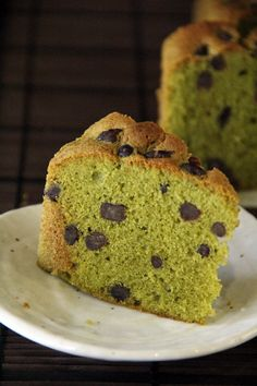 Matcha (Green Tea) Pound Cake Recipe. This pound cake is so yummy with matcha - healthier, better, and a wonderful sweet dessert that anyone can bake at home. http://rasamalaysia.com