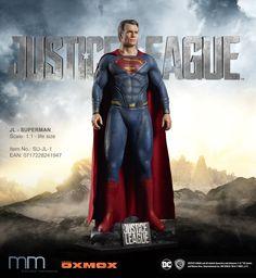 Auftraggeber: TM & © DC Comics. WB SHIELD: TM & ©Warner Bros. Entert. Inc. (s17) Diese lebensgroße Figur wurde für Warner Bros. für die Promotion zum Filmbeginn in 2017 herstellt. Muckle Mannequins GmbH hat die Lizenz zur Herstellung und Verkauf dieser Figur erworben. Henry Cavill Justice League, Justice League 2017, Justice League Aquaman, Dc Comics, Ray Fisher, Superman 1, Batman, Spiderman Costume, Life Size Statues