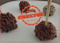 Sobrou brigadeiro? Sobrou bolo?  É hora de fazer cake pop então. Porque na cozinha nada se perde, tudo se transforma. Já dizia Lavoisier quando estava cozinhando... hahaha   Vem ver a receita super fácil de cake pop: