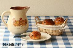 Rijkgevulde krentenbolletjes met krenten, rozijnen, sukade en citroenrasp: http://www.baksels.net/post/2013/03/16/Krentenbolletjes.aspx