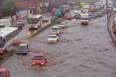 Avenida Brasil (Rio de Janeiro) - SkyscraperCity  O carioca passa a conviver com as enchentes na rodovia. Carros enguiçam nas áreas alagadas, na altura de Vigário Geral. Foto: Mirizilda Cruppe.