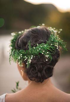 coroa de flores e folhagens para noivas