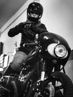 BMW Café Racer - Page 39 Bmw Cafe Racer, Moto Cafe, Cafe Racer Girl, Cafe Racer Motorcycle, Bobber Custom, Custom Bmw, Custom Motorcycle Helmets, Women Motorcycle, Lady Biker