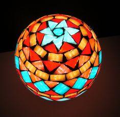 Galería de alumnos | NALETTE Mosaiquismo y Venecitas Garden Globes, Mosaic Patterns, Mosaic Art, Mandala, Table Lamp, Home Decor, Glass Chandelier, Painting On Glass, Stained Glass