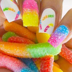 Uñas inspiradas en postres pintadas como gomitas con azucar