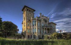 ...ArtDeco Villa...| Buried Dreams  @burieddreamsphotos Old Abandoned Buildings, Abandoned Castles, Abandoned Places, Abandoned Mansions, Haunted Places, Beautiful Pools, Places Of Interest, Bury, Amazing Architecture