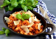 One pot spaghetti bolognaise - alt i én gryde - madenimitliv. One Pot Spaghetti, One Pot Pasta, Tortellini, Broccoli, Risotto, A Food, Curry, Ethnic Recipes, Ga Ga