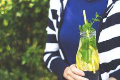 Águas saborizadas hidratam, são ricas em antioxidantes e minerais. Conheça 3 receitas fáceis para fazer em casa.