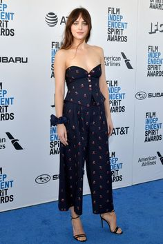 Dakota Johnson Tube Top - Dakota Johnson looked sexy in a fitted strapless top by Gucci at the 2019 Film Independent Spirit Awards. Low Cut Dresses, Nice Dresses, Celebrity Red Carpet, Celebrity Style, Style Dakota Johnson, Dakota Jhonson, Cedric The Entertainer, Image Mode, Spirit Awards