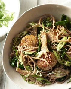 Sobanoedels hebben de textuur van volkorenspaghetti en een licht nootachtige smaak. Heerlijk bij deze Japanse kippenballetjes met oesterzwammen. Sashimi, Asian Recipes, Healthy Recipes, Ethnic Recipes, Kitchen Recipes, Cooking Recipes, Authentic Chinese Recipes, Japanese Kitchen, Asian Cooking