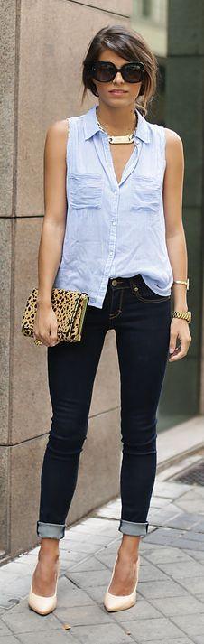 Camisa celeste con jean azul oscuro.