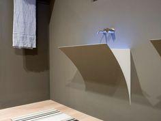 Il lavabo Strappo del brand Antonio Lupi crea un effetto di uno strappo alla parete in cui viene incassato   #bagno #lavabo #design #arredamento