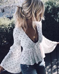 How to wear a wrap blouse | Jeans | Outfit Inspo | More on fashionchick.nl