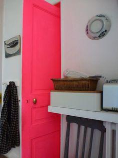 une porte rose ! A essayer avec la peinture rose fluo vistaglo: http://www.vistaglo.com/peinture-fluo-uv-rose-25cl.html