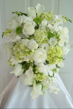 wedding flowers...classic/clean/simple- For more amazing finds and inspiration visit us at http://www.brides-book.com and join the VIB Ciub