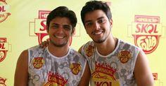Os irmãos Bruno Gissoni e Rodrigo Simas curtem folia na ilha da magia juntos