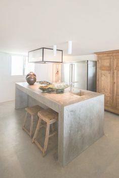 a simple concrete kitchen island with a breakfast space is also an industrial id… - Kitchen - Best Kitchen Decor! New Kitchen, Kitchen Interior, Kitchen Decor, Awesome Kitchen, Kitchen Wood, Kitchen Soffit, Kitchen Cabinets, Kitchen Walls, Decorating Kitchen