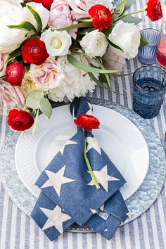 Fourth of July tablescape place setting. Decorations for a of July party. Peonies and red ranunculus floral arrangement. Fourth Of July Decor, 4th Of July Celebration, 4th Of July Decorations, 4th Of July Party, Table Decorations, Proper Table Setting, 4. Juli Party, Patriotic Party, Patriotic Crafts