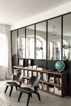 Une verrière intérieure dans un salon au look rustique et vintage