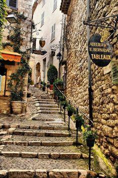 St Paul de Vence, Fransa. Güzel dükkanlar ve sanat galerileri tam sevimli küçük duvarlı kale ....