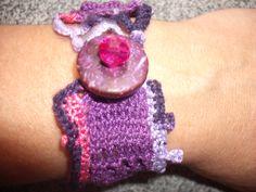 Pulseira em rosa e roxo em crochet.