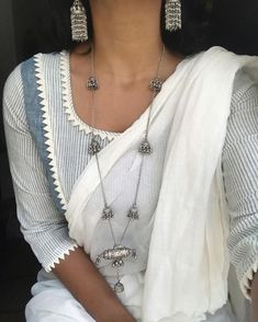 "That blouse is so simple and so refreshing! ""Bringing back an old favourite combination of necklace earrings Indian Attire, Indian Wear, Indian Outfits, Indian Clothes, Cotton Saree Blouse, Saree Dress, Cotton Blouses, Saree Jewellery, Stylish Blouse Design"