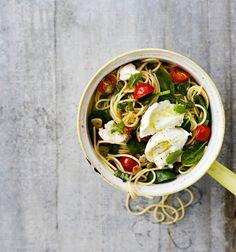 Mozzarella-tuorepinaattispagetti -Tässä vartin pastassa vaativin osuus on spagetin keittäminen.