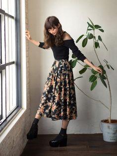 刺繍の花柄スカートがメインの 黒コーデ Instagram → chiim2