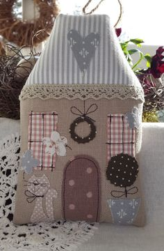 Plush house - so cute! Felt Crafts, Fabric Crafts, Sewing Crafts, Sewing Projects, Projects To Try, Christmas Sewing, Christmas Crafts, Christmas Decorations, Christmas Ornaments