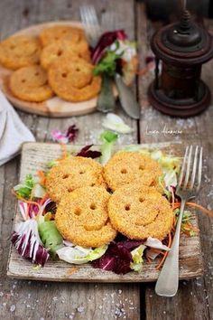 Cartofi smiley la cuptor reteta. Reteta de cartofi smiley facuti in casa, copti la cuptor. Ingrediente si mod de preparare cartofi smiley.