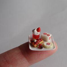 Casa de muñecas en miniatura 5 Anillo Donuts con glaseado en un plato