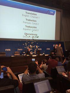 Dit gebeurde tijdens de pc van Blatter: comedian Simon Brodkin gooit nepgeld naar de FIFA-baas [via @richard_conway]