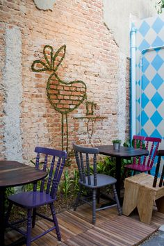 Sofá Café showing some very clever use of brick and greenery