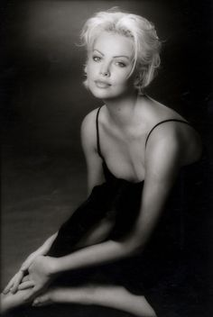 Charlize Theron Black and White - Charlize Theron Actresses Photo Charlize Theron, Celebrity Feet, Celebrity Crush, Divas, Mighty Joe, Sean Penn, Classic Beauty, Beautiful Actresses, American Actress