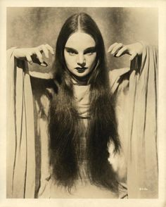Carole Borland as Luna in Mark of the Vampire Carroll Borland (February 1914 – February better known by the stage-spelling Carol Borland, was an American professor, writer, and actress. Retro Horror, Gothic Horror, Vintage Horror, Horror Art, Dracula, Female Vampire, Carlin, Maila, Classic Horror Movies