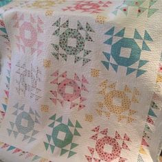 Sharing this quilt using Milk Sugar & Flower by #doubleweddingringquilt