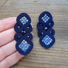 Soutache Earrings, Clip On Earrings, Decorative Tape, Green Gifts, Button Crafts, Embroidery Techniques, Wire Jewelry, Jewelry Accessories, Navy Blue