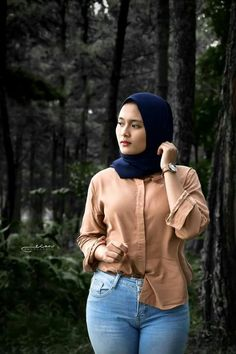 Pin Image by Hijab Instag Arab Girls Hijab, Girl Hijab, Muslim Girls, Casual Hijab Outfit, Hijab Chic, Beautiful Muslim Women, Beautiful Hijab, Belle Nana, Hijab Jeans
