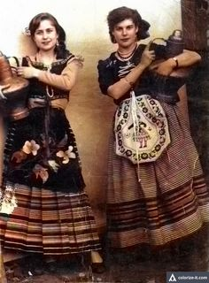 Cañamero en 1956. Mozas con cántaros de cobre de Guadalupe (Original en blanco y negro)
