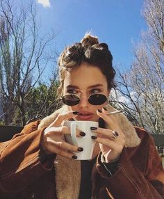 Great range of cheap designer sunglasses at the lowest prices. Ray-Ban, Oakley Gucci and more brands available at the lowest prices from Discounted Sunglasses. Tumblr Outfits, Mode Outfits, Foto Fashion, Fashion Women, 90s Fashion, Girl Fashion, Fashion Check, Trendy Fashion, Fashion News