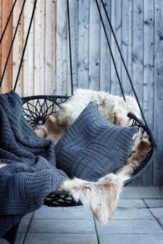 Hangstoel mooi gedecoreerd - mooi plaid en kussen/ goede kleur - schapenvacht in bruin/beigetint - schapenvel.nl