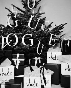 Vogue deseja um Feliz Natal a todos neste 25 de dezembro. Best wishes! #natal #natal2017 via VOGUE BRASIL MAGAZINE OFFICIAL INSTAGRAM - Fashion Campaigns  Haute Couture  Advertising  Editorial Photography  Magazine Cover Designs  Supermodels  Runway Models